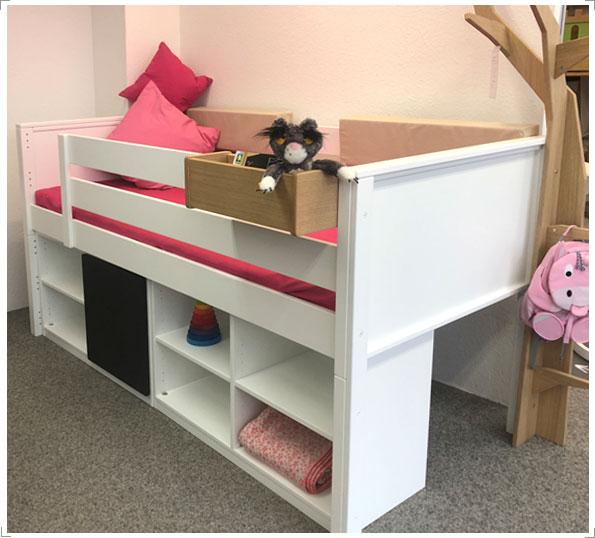 Halbhohes Kinderbett in weiß mit Stauflächen und mehr bei Riemenschneider-Wiesbaden