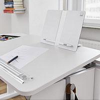 Die Schrägstellfunktion stellt beim moll Schreibtisch eine ergonomisch gesunde Haltung beim Malen, Schreiben, Lesen und Basteln sicher. Lassen Sie sich bei Riemenschneider Wiesbaden beraten.
